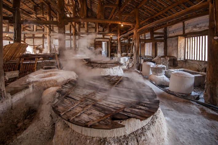 井盐的生产要经过凿井,采卤,制盐等一系列工艺,其中钻井技术对井盐